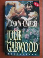 Julie Garwood - Muzica umbrei
